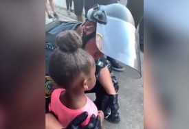 """HOĆETE LI PUCATI?"" Djevojčica se plašila policije na protestu, a onda je policajac TJEŠIO (VIDEO)"