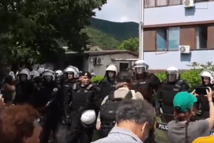 NAPETA ATMOSFERA I večeras tenzije u Budvi, građani i policija pred Opštinom