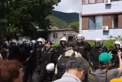 POLICIJA BLOKIRALA ULAZE U CENTAR GRADA Specijalci na svakoj raskrsnici u Budvi (VIDEO)