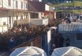 HAOS U PRIHVATNOM KAMPU Masovna tuča u Velikoj Kladuši, jednom migrantu se bore za život (VIDEO)