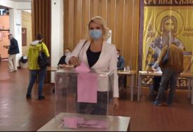 GLASANJE JE KAO ODLAZAK U PRODAVNICU Na birališta izašla i dr Darija Kisić: Kad završite operite ruke