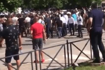 NASTAVLJAJU SE SUKOBI U BUDVI Građani novog predsjednika opštine GAĐALI JAJIMA (FOTO, VIDEO)