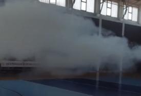 UŽAS U BUDVI, DJECA PLAČUĆI POBJEGLA Suzavac bačen u salu gdje se igrala košarka (VIDEO)