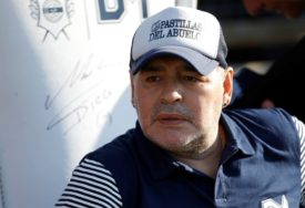NOVI SKANDAL LEGENDARNOG ARGENTINCA Maradona tokom plesa pokazao GOLO DUPE (VIDEO)