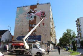 RODA SLETJELA NA FASADU Novi murali pobudili veliko interesovanje u Gradiški