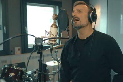 RADI PUNOM PAROM Ivan Milinković refrenom pjesme zaintrigirao fanove (VIDEO)