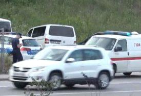 POLICAJKI PRIJEĆENO PIŠTOLJEM Migranti uz pratnju policije sprovedeni do Hitne pomoći (VIDEO)