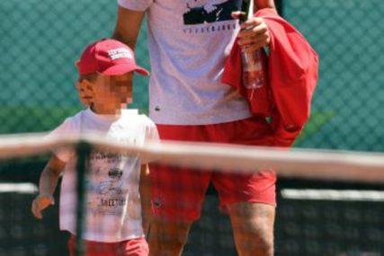 ŽUSTRO NAVIJAO Mali Stefan Đoković bodri oca Novaka na turniru (VIDEO)