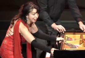 GENIJALNO Pijanistkinji je u sred nastupa pukao klavir, njen potez ODUŠEVIO (VIDEO)