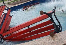 HULIGANI PONOVO U AKCIJI Polomljene klupe u Palama pa bačene u fontanu na šetalištu