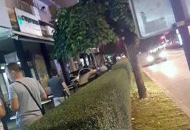 AUTOMOBILOM ULETIO U BAŠTU KAFIĆA Kod vozača alko-testom utvrđen 1,01 promil alkohola