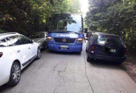 "REAGOVAO I PAUK Nesavjesni vozači blokirali prolaz ""Banj busa"""