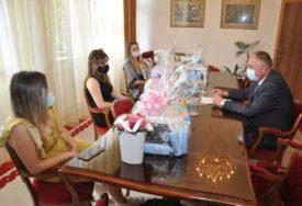 U SKLADU SA EPIDEMIOLOŠKIM MJERAMA Pokloni za bebe rođene tokom praznika grada Prijedora