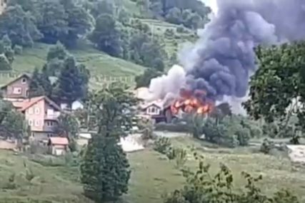 BUKTINJA KOD VOGOŠĆE Požar guta dvije kuće (VIDEO)