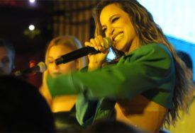 MOKRA I PREPLANULA UVIJALA SE NA PLAŽI Pjevačica izazvala lavinu komentara, nikome nije bilo dobro od vrelog prizora