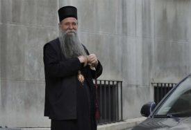 """""""NE DAMO SVEŠTENIKE"""" Odloženo suđenje episkopu, veliki broj građana pred sudom"""