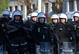 TENZIJE NAKON NASILJA U BUDVI Kordon policije brani Careviću da uđe u opštinu