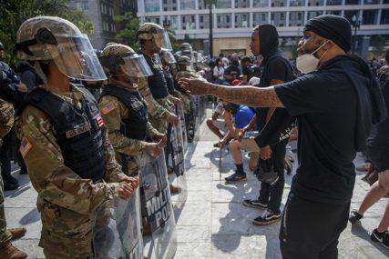 PUCNJAVE ŠIROM AMERIKE Troje mrtvih, osmoro ranjenih na rasnim protestima (VIDEO)