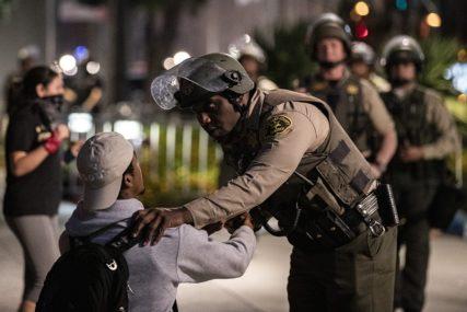 POLICIJSKA BRUTALNOST NE JENJAVA Novinar u SAD gumenim metkom pogođen u glavu (VIDEO)