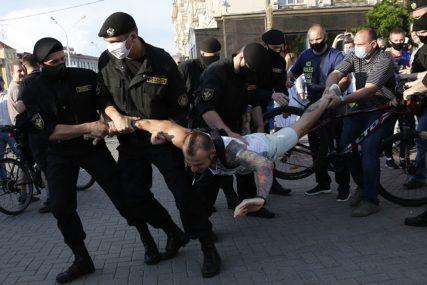 MASOVNA HAPŠENJA NA PROTESTIMA U MINSKU Novinarka privedena dok je uživo prenosila vijesti (VIDEO)