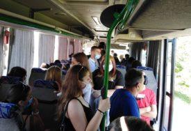 UŽAS U JAVNOM PREVOZU Manijak onanisao usred autobusa, pa NASRNUO NA DVIJE DJEVOJKE
