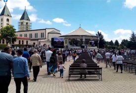DOŠLI DA SE MOLE GOSPI Nakon duge pauze stotine vjernika na misi u Međugorju (VIDEO)