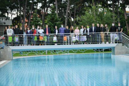 NAGRADA ZA RAD I TRUD Najbolji učenici dobili sezonske karte za gradski bazen