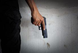 PIŠTOLJEM PRIJETIO GOSTIMA U LOKALU Policija u Kozarskoj Dubici uhapsila nasilnika