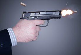 ISPALILI HICE IZ VOZILA U POKRETU U pucnjavi ispred kafića povrijeđen muškarac