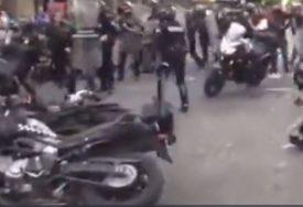 UZNEMIRUJUĆI SNIMAK Demonstrant zapalio policajca tokom protesta (VIDEO)