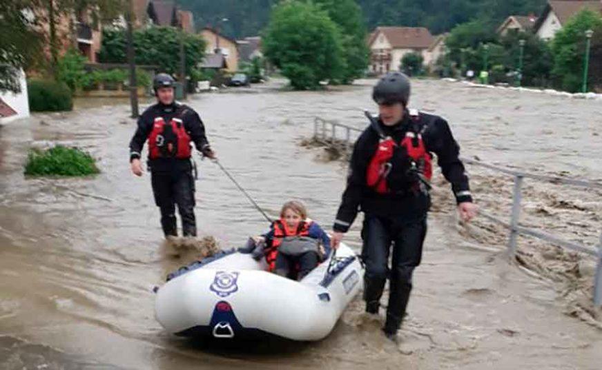 DRAMA ZBOG OBILNIH KIŠA Policija spasava građane iz poplavljenih kuća, evakuisana 71 osoba