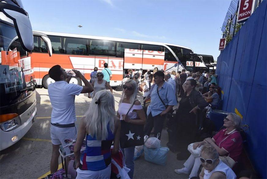 Putovanje iz noćne more: Nakon što se autobus pokvario poručili im da se SNAĐU SAMI