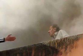 BRAVO ZA HRABRE I ODVAŽNE MLADIĆE Starca iz požara izvukli na nevjerovatan način (VIDEO)
