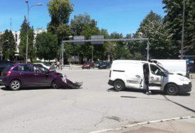 SAOBRAĆAJKA U CENTRU BANJALUKE U sudaru kombija i automobila pričinjena VELIKA ŠTETA (FOTO)