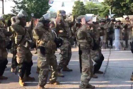 """OVAJ SNIMAK RADO GLEDA CIJELI SVIJET Vojska plesala s demonstrantima, orila se """"Marakana"""""""