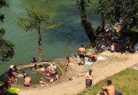 IAKO SUNCE NEMILOSRDNO PRŽI Banjalučanima je sve potaman uz obalu Vrbasa (FOTO)