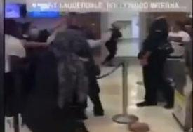 LETJELE CIPELE, HRANA, TELEFONI Putnice napale osoblje aerodroma jer je kasnio let (VIDEO)