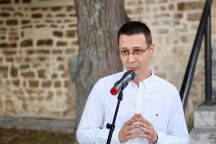 """""""UMJETNIK KAO MITOLOG"""" Izložba slikara Miloša Vujića otvorena u Kamenoj kući"""