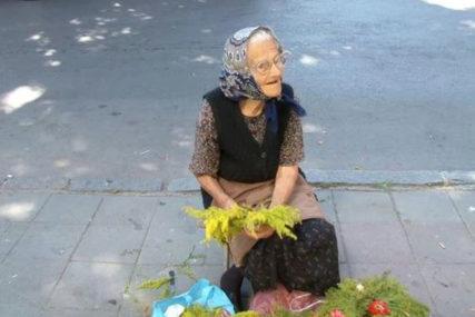 """""""NEMAM PENZIJU, MORAM DA SE BORIM"""" Baka Milja ima 96 godina i prodaje vjenčiće na ulici"""