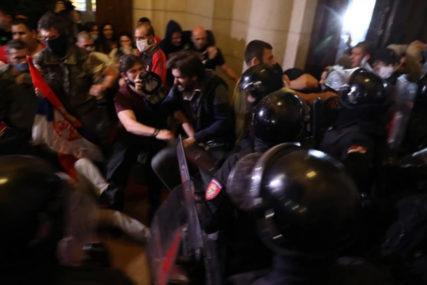 PALILI KONTEJNERE I RAZBIJALI IZLOGE Grupa demonstranata divljala na Trgu Nikole Pašića (VIDEO)