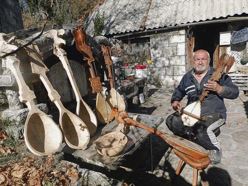BEZ USAĐENE DUŠE TO NISU GUSLE Tomislav čuva porodičnu tradiciju kojom razbija sablasnu tišinu