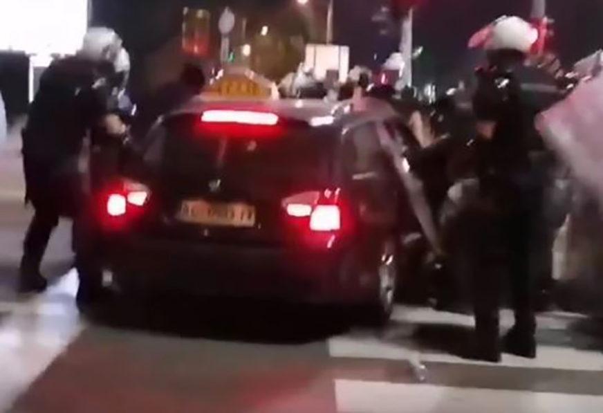 VOZILOM SE ZALETIO NA POLICIJU Taksisti koji je pokušao da PROBIJE KORDON određen pritvor (VIDEO)
