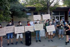 DEMONSTRANTI ISPOSTAVILI ZAHTJEVE Protest zbog prebijanja autističnog dječaka u Novom Sadu