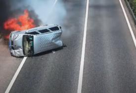 Nepoznati heroj RIZIKOVAO VLASTITI ŽIVOT kako bi spasao troje ljudi iz zapaljenog kombija (VIDEO)