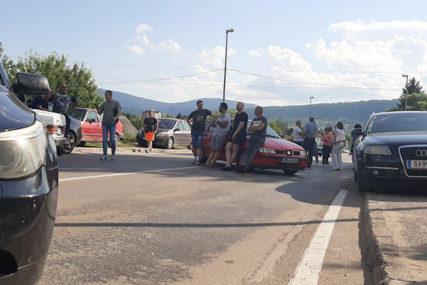 STANOVNICI DRVARA SE OKUPILI ISPRED OPŠTINE Normalizovan saobraćaj prema Bosanskom Petrovcu