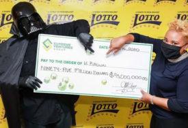 ZAMASKIRAO SE Osvojio džekpot od 95 miliona dolara, pa došao u kostimu da preuzme nagradu (FOTO)