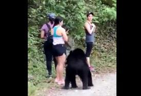 URNEBESNO Kako ostati smiren kada u šumi sretnete radoznalog medvjeda (VIDEO)