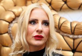 VRELA POZA Skinula se Milica Dabović, istakla ZATEGNUTU POZADINU i izvajane noge (FOTO)