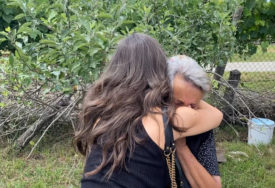"""""""ŽIVI BEZ HRANE, STRUJE I VODE"""" Pjevačica pomogla baki Smilji, ona je čvrsto zagrlila"""