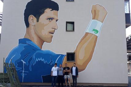 NOLE OD OSAM METARA Mural u čast najboljem teniseru svijeta u Trnovu